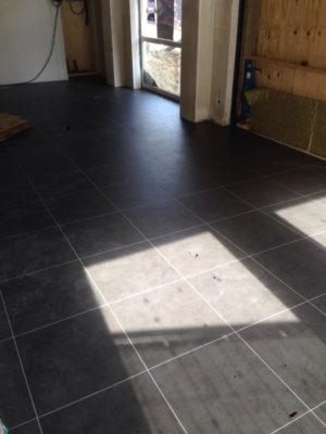 Inspiratie voor pvc vloer in kantoor of winkelruimte for Tegel pvc imitatie tegel cement
